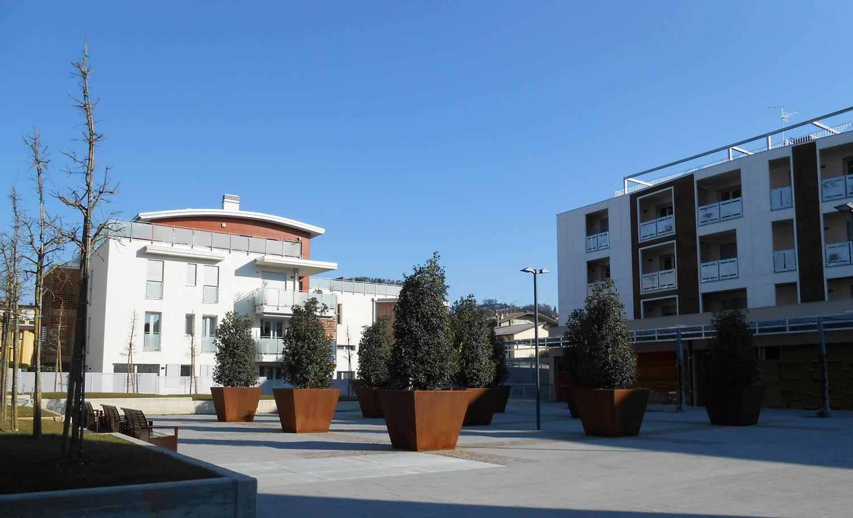 Piazza con alberi